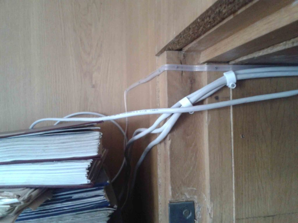 Пример плохого ремонта компьютерной сети в коридоре