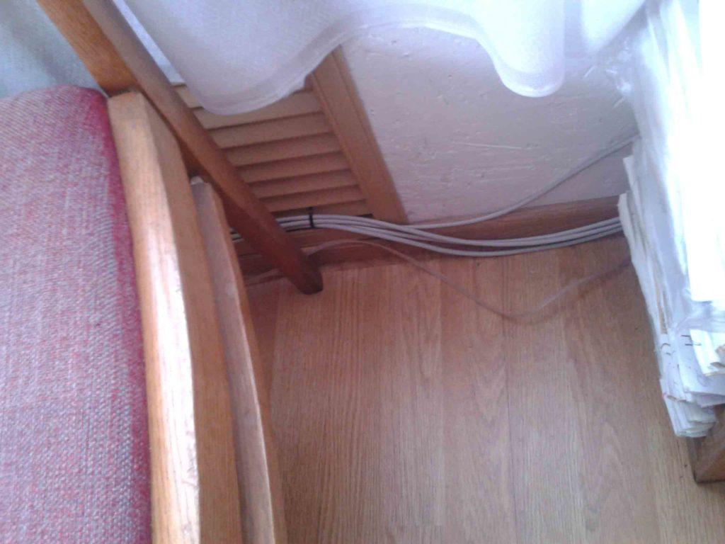 Пример плохого ремонта сетевого кабеля в помещении