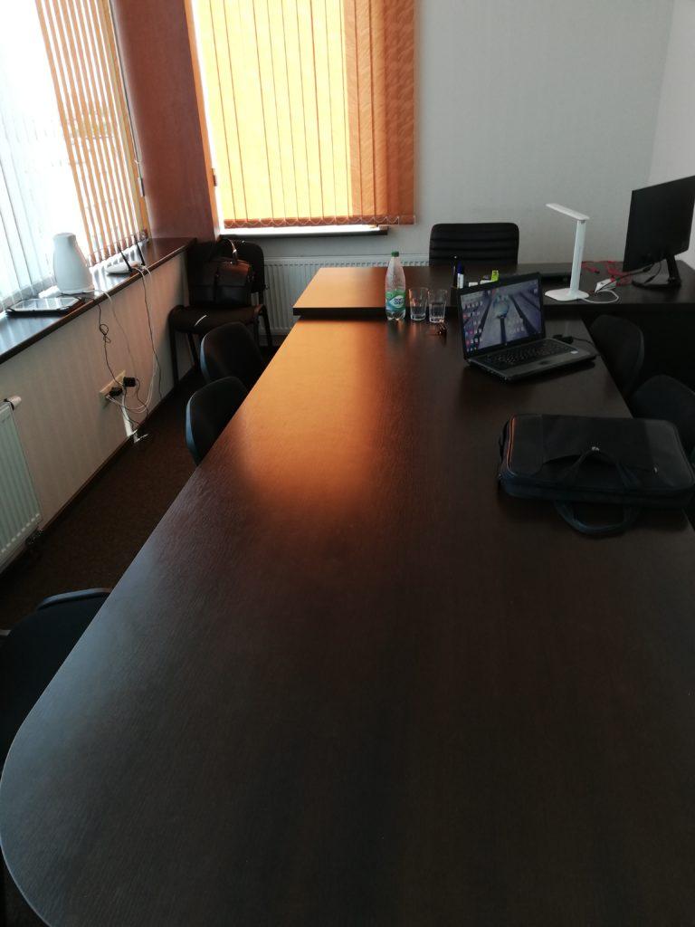 Переговорная с установленным столом буквой Т